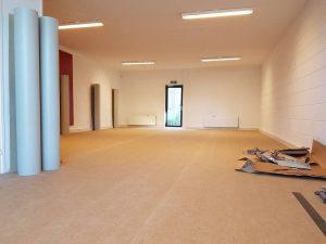 Egaliseren en Linoleum 4 300x225 - Kindercentrum Kunstenmakers Almere. Marmoleum op corkment voor extra vering en geluiddemping.