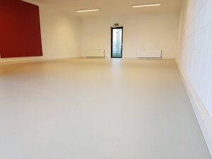 Egaliseren en Linoleum 6 300x225 - Kindercentrum Kunstenmakers Almere. Marmoleum op corkment voor extra vering en geluiddemping.