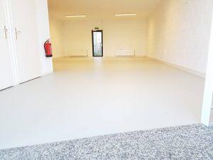 Egaliseren en Linoleum 7 300x225 - Kindercentrum Kunstenmakers Almere. Marmoleum op corkment voor extra vering en geluiddemping.